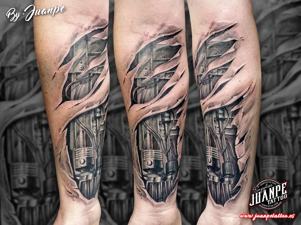 Tatuaje biomecanico 3D en antebrazo