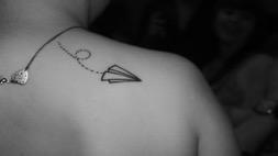 tattoo avion de papel