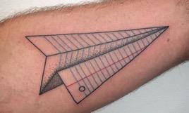 tatuaje de avion de papel
